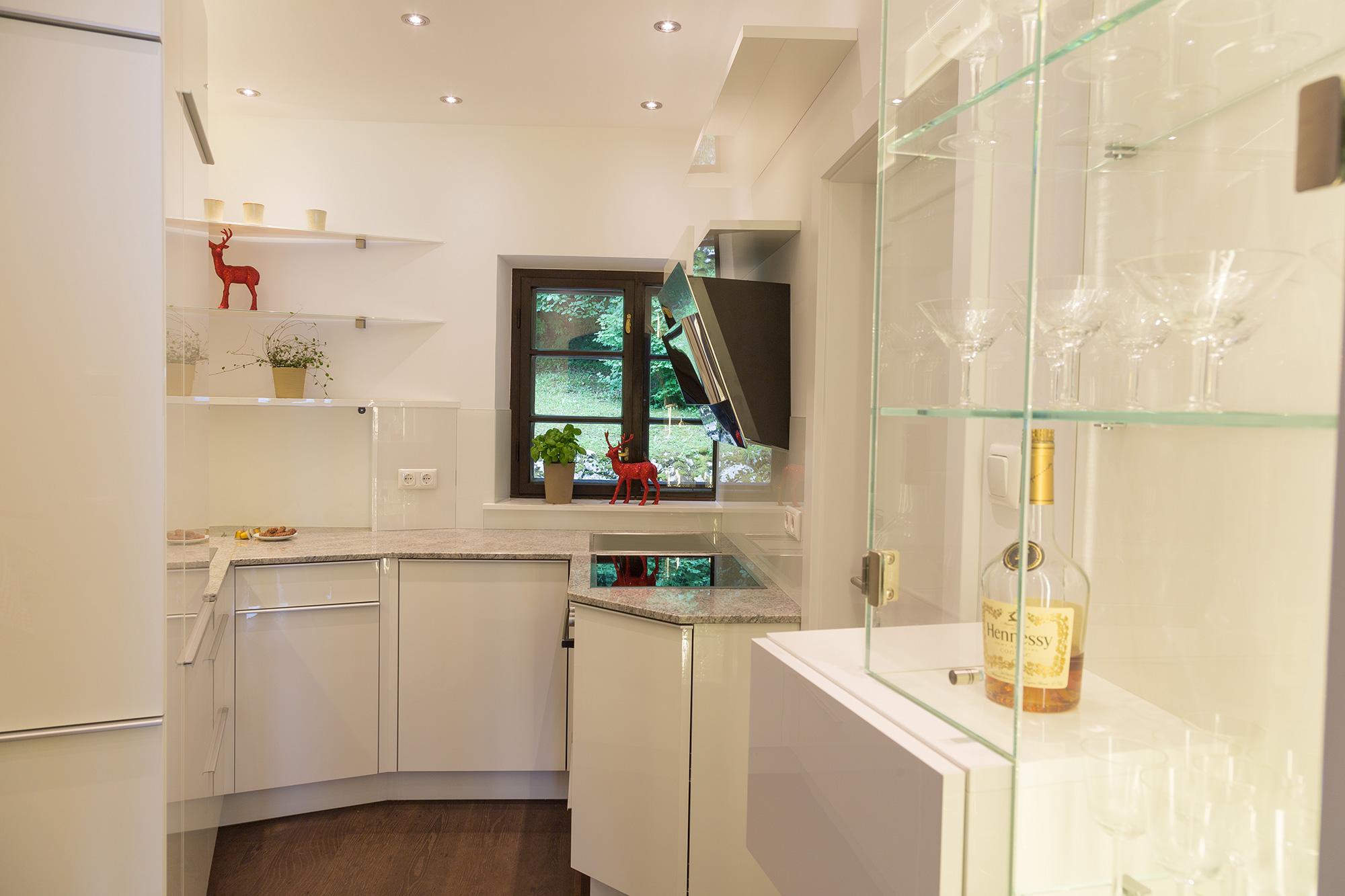 küche-klein-hell-wenig-platz-glas-beleuchtung-cornelia-kronberger-1