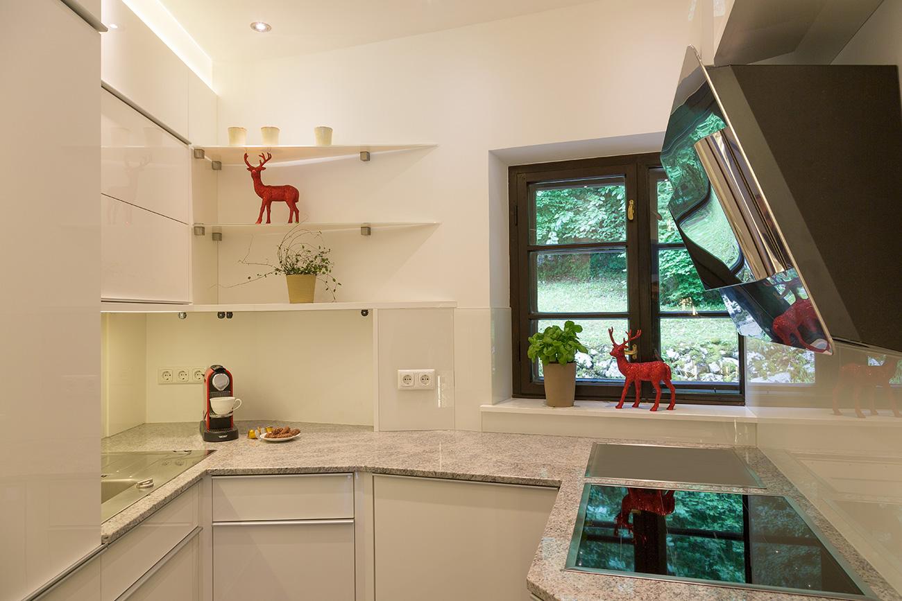 küche-klein-hell-wenig-platz-glas-beleuchtung-cornelia-kronberger-2