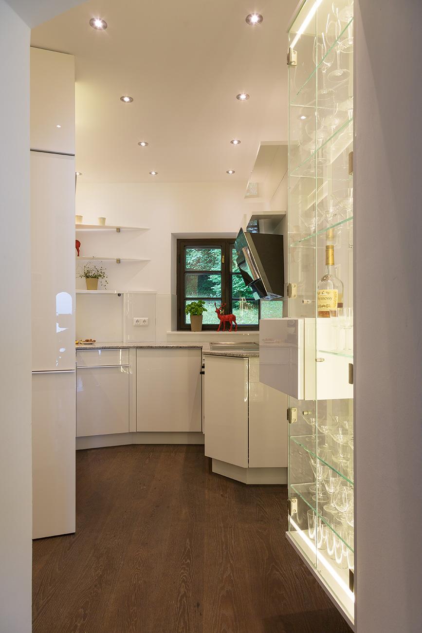 küche-klein-hell-wenig-platz-glas-beleuchtung-cornelia-kronberger-3